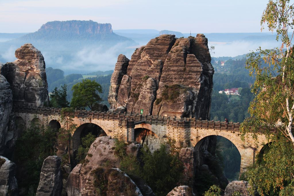 Basteibrücke auf dem Malerweg im Sonnenaufgang