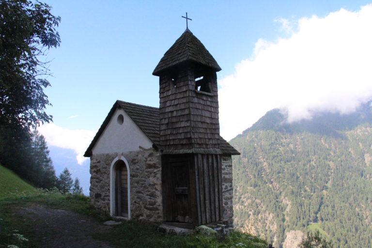 Kleine Holzkirche auf erster von 6 Etappen des Meraner Höhenweg