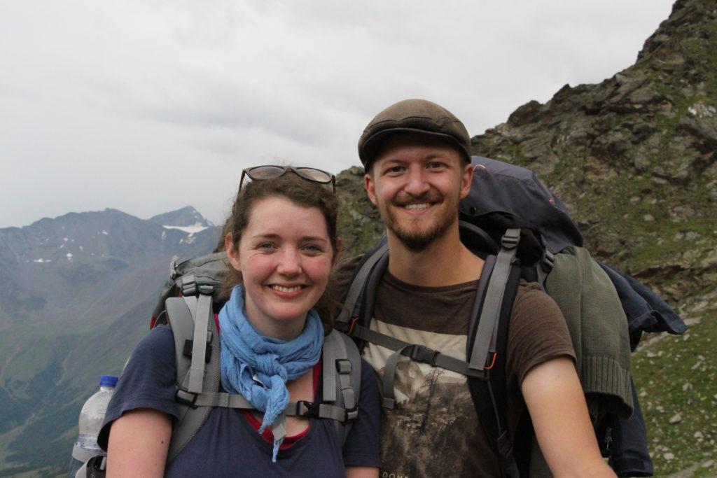 Glückliche Wanderer auf dem Meraner Höhenweg
