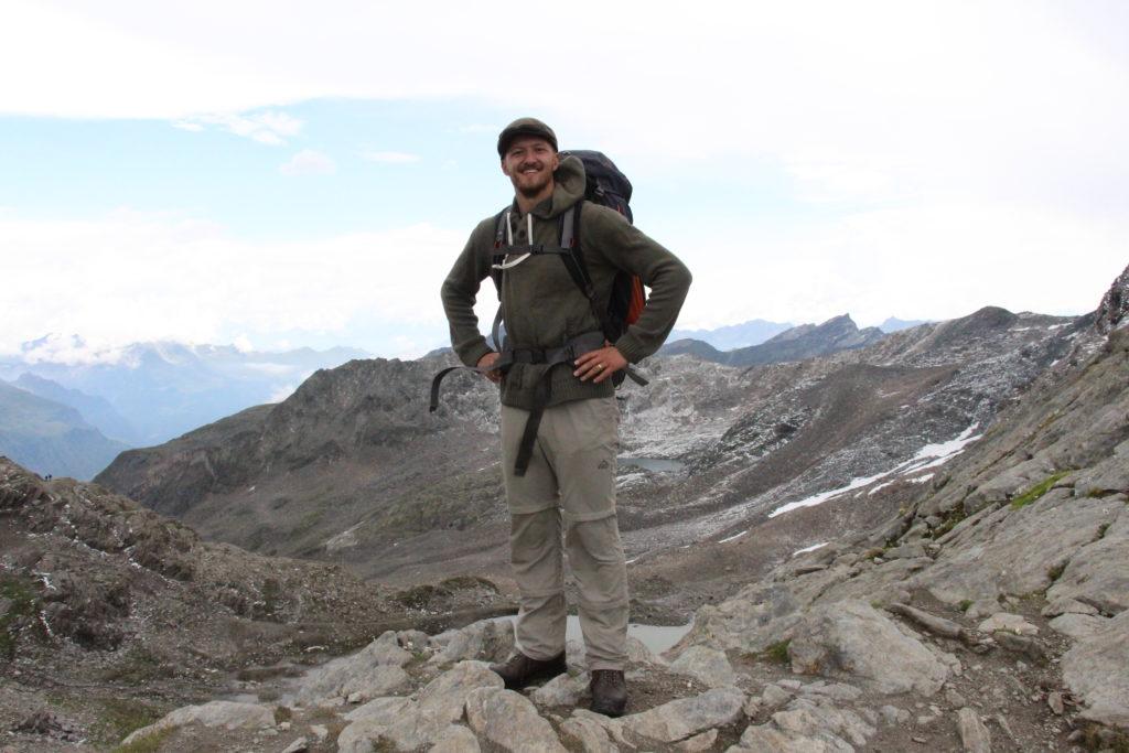 Fröhlicher Mann auf der zweiten Etappe des Meraner Höhenweg