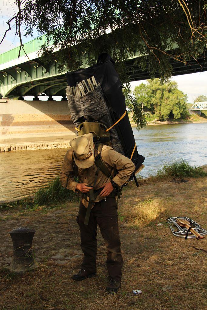 Ranger trägt Faltkanu