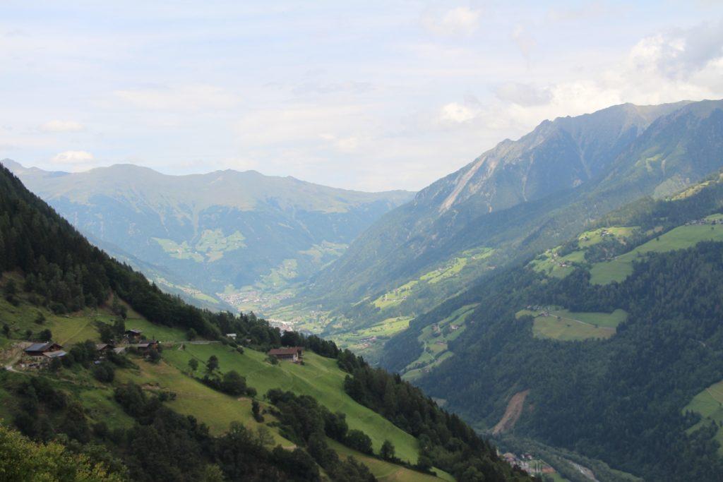 grünes Tal auf dem Meraner Höhenweg