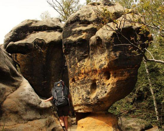 Felsbrocken versperrt den Weg auf dem Malerweg