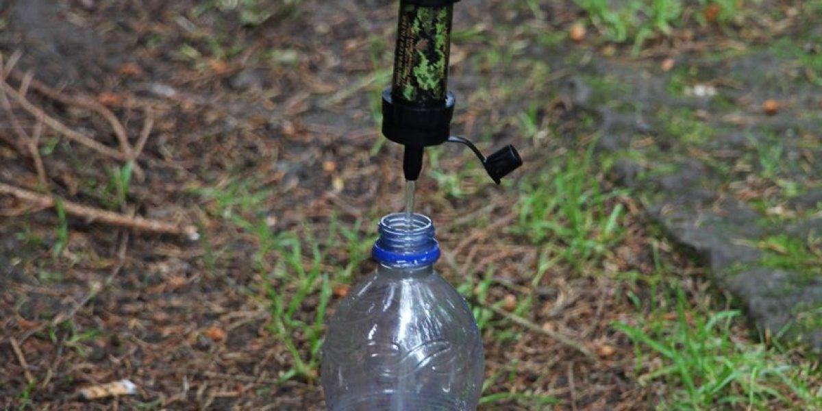 Wasserfilter Marke Sawyer in aktion am Forststeig